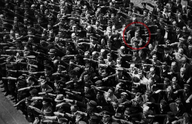 uomo che non saluta nazi. rosso contrasto