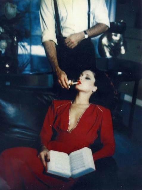 Helmut Newton.donna si fa accendere sigaretta.jpg