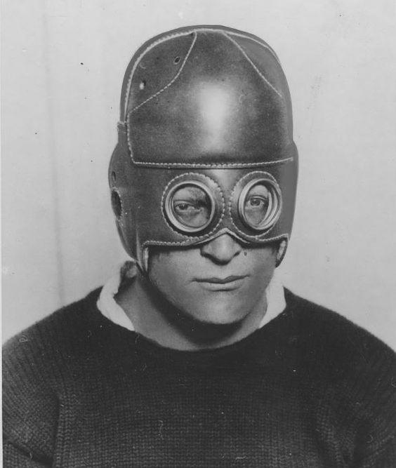giovane casco di cuoio.jpg