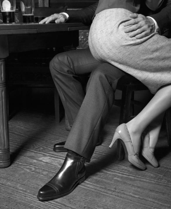 sedere di lei su ginocchia di lui.jpg